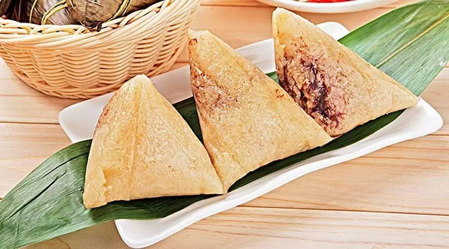 英文中粽子可以直接用汉语拼音zongzi,或者以描述其原料和口感的起名方法称为glutinous rice dumplings。很多中国特有的食物,都可以直接用拼音,比如饺子就可以说jiao zi而不一定要说dumpling。实际上在国外的超市你也可以买到包装上写着dumpling的速冻食品,当然并不是你想象中的湾仔码头。所以其实直接说粽子的中文名和拼音,对中国稍有研究的歪果仁反而更好理解些。
