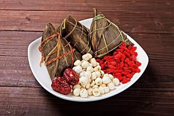 最初的粽子馅只有米,后来不同地区的粽子有了不同的口味,会在米里