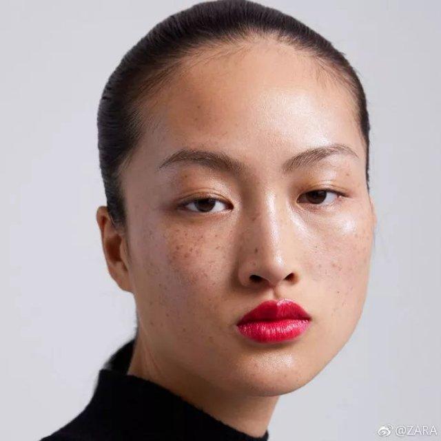 照片中能清楚看到女模特脸上的雀斑