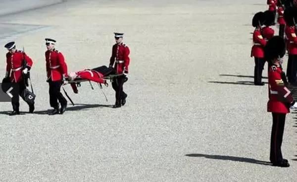 但最经典的是女王骑马经过的这一次hh-英女王90大寿千挑万选了这身图片