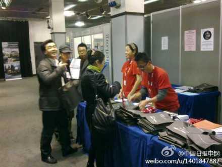 大会注册现场有不少中国学生志愿者