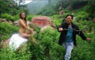 村民拿树枝驱赶摄影爱好者