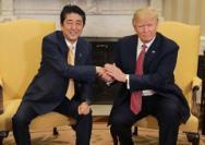 """尴尬的""""特朗普式""""握手背后"""