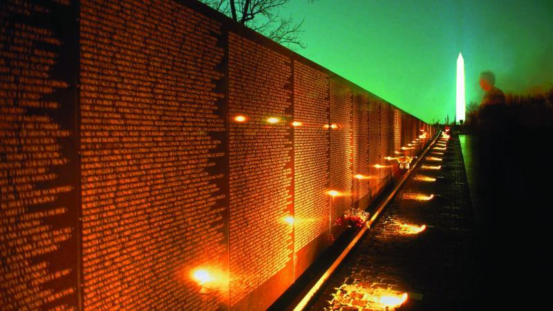 林璎在1982设计的美国越战纪念碑