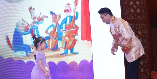 幼儿组冠军孜拉兰与爸爸在总决赛中进行英文故事的趣味表演